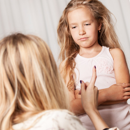 conflictos sociales: Mamá jura por la hija. El conflicto, los problemas en la familia. Madre e hijo Foto de archivo