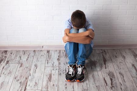 deprese: Sad teenager. Problémy ve škole. smutek chlapec