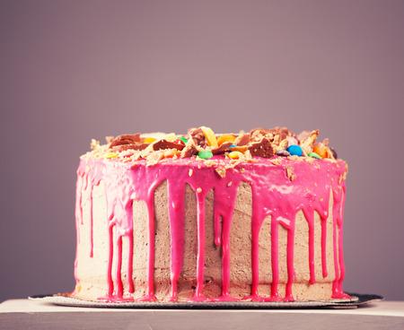 아름 다운 큰 분홍색 케이크입니다. 생일 케이크 스톡 콘텐츠