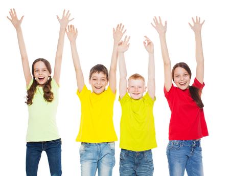 adolescente: Niños feliz del grupo aislados en fondo blanco. Sonrisa adolescente. Niños y niñas Frendship