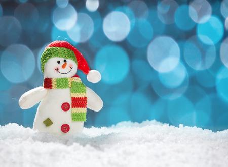 diciembre: Muñeco de nieve en la nieve. Tiro del estudio Foto de archivo