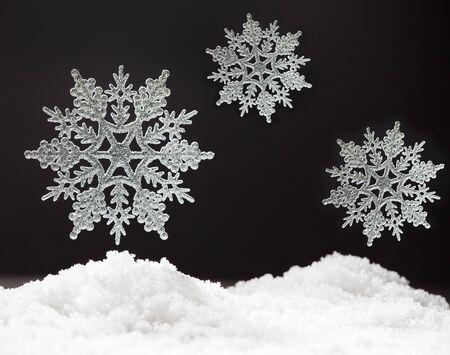 fondo blanco y negro: Copo de nieve en la nieve. Estudio de disparo. Navidad Foto de archivo