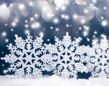 schneeflocke: Weihnachtsdekoration. Weihnachtskugel auf Schnee
