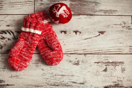 gomitoli di lana: Guanto con palla di Natale sul pavimento di legno. Decorazione di inverno