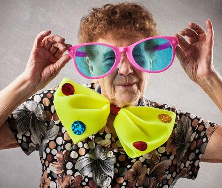 Vrolijke oude vrouw. Gelukkig leuke oma. Volwassen grappige vrouw op feest