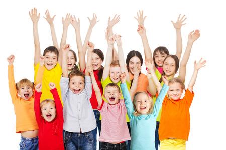 Šťastné skupina děti izolovány na bílém pozadí. S úsměvem dospívající. Frendship chlapci a děvčata různé věkové kategorie