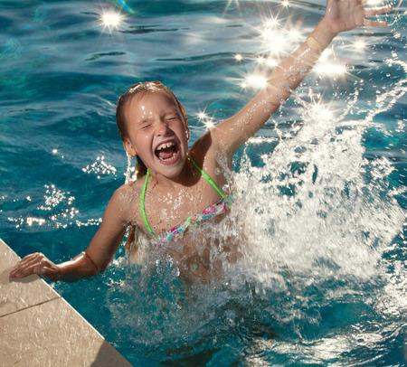 niñas jugando: Niño feliz en la piscina al aire libre. Chica jugando en verano. Turista