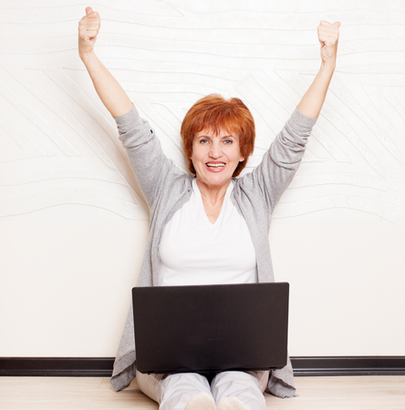 mujer alegre: Woman sitting on floor with laptop. Mature female at home. successful