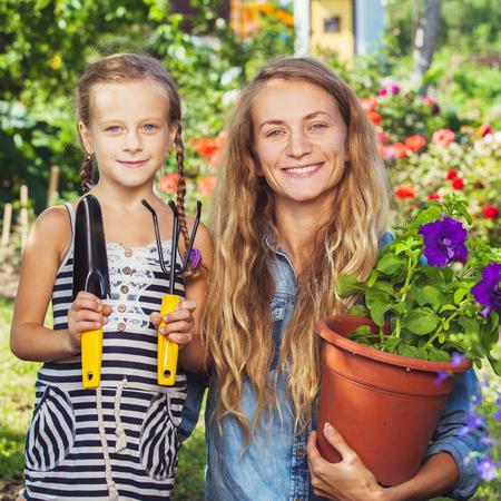 empedrado: Mujer que trabaja en el jardín. jardinero femenino al aire libre. Jardinería