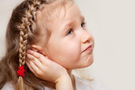 子供が耳が痛い。中耳炎に苦しむ少女 写真素材