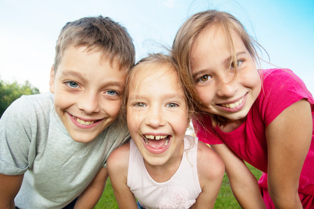 夏天的愉快的孩子。女孩和男孩户外