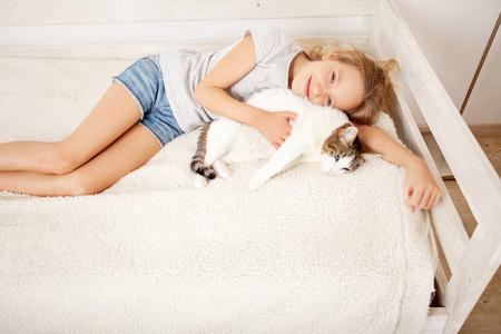고양이 함께 아이입니다. 집에서 애완 동물과 소녀 스톡 콘텐츠