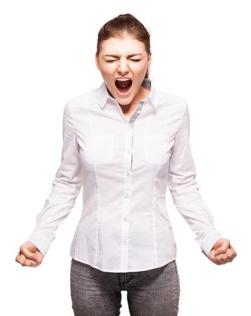 Mujer gritando aislada sobre fondo blanco. Estrés emocional, problemas, frustración, histeria, desesperación