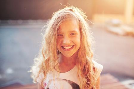Glückliches Kind im Freien. Portrait ein Mädchen. Lächelndes Kind