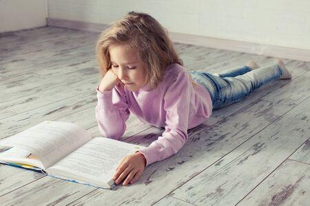 Child reading book 스톡 콘텐츠