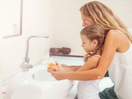 Mutter und Tochter waschen sich die Hände