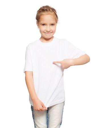 Kind im weißen T-Shirt. Mädchen isoliert auf weiß