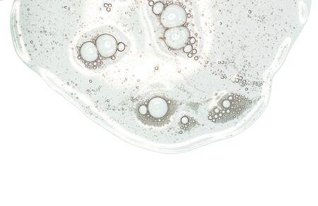 Gel líquido o suero en una pantalla de microscopio fondo blanco aislado Foto de archivo