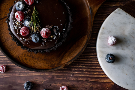 Tart Chocolate cheesecake with fresh berries. delicious dessert for Birthday. Set on wooden table background. Stockfoto