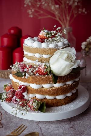 Pastel blanco Decorado con flores y frutos del bosque. Para celebrar la fiesta. Foto de archivo