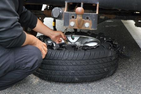 타이어 폭발 후 바퀴를 변경하는 스톡 콘텐츠 - 13845152