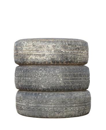 白地に分離された 3 つの汚れた中古タイヤ