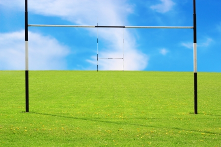 空のラグビー場とゴールポストの抽象的なビュー