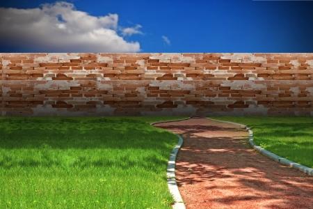レンガの壁によってブロック噴石丘徒歩パスのコンセプト 写真素材