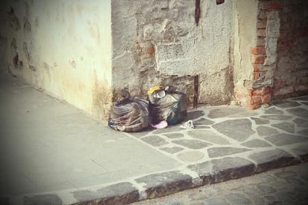 vintage look: spazzatura lasciata in strada, look vintage con vignette Archivio Fotografico