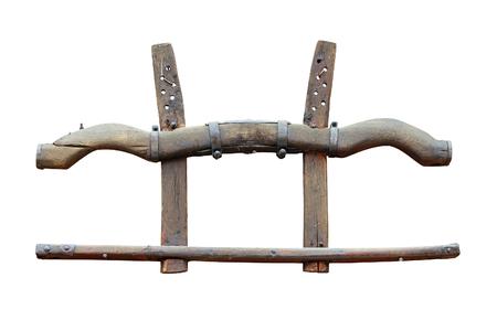 白い背景に分離された古代の木製ヨーク