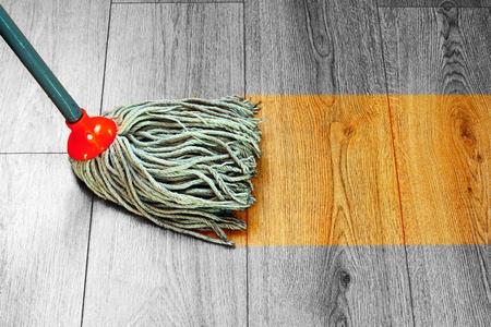 湿式モップで堅材寄せ木張りフローリングを洗浄