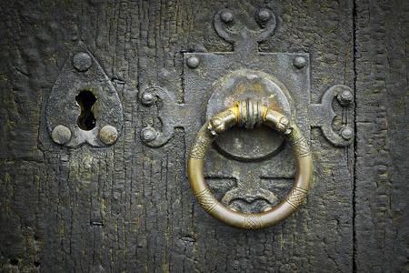 alter Metallriegel an Holztür, alte Holzbeschaffenheit