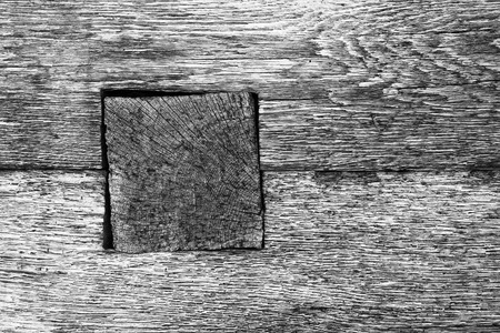 detail of wooden beam joint on old log house, black and white textural image Imagens