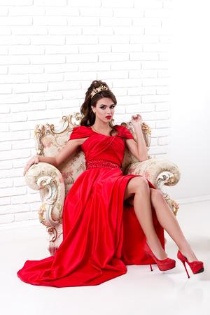 Elegante Frau In Einem Langen Roten Kleid Steht In Einem Reinraum ...
