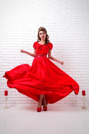 Schönes Elegantes Mädchen In Einem Langen Roten Kleid Und In Den ...