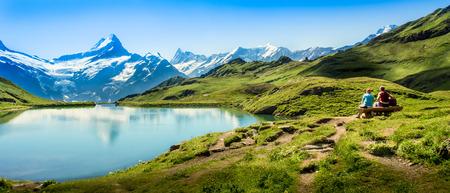 ロマンチックなシーン、湖、ツェルマット、スイスの有名なマッターホルンの反射。