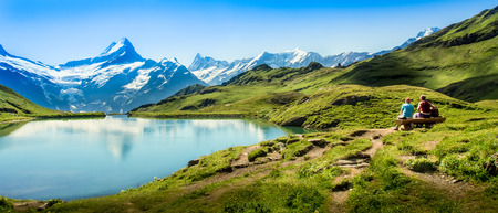Romantische scène, weerspiegeling van de beroemde Matterhorn in meer, Zermatt, Zwitserland.