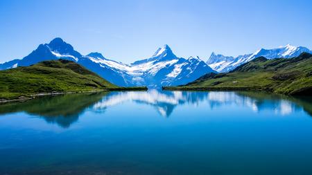 Weerspiegeling van de beroemde Matterhorn in meer, Zermatt, Zwitserland