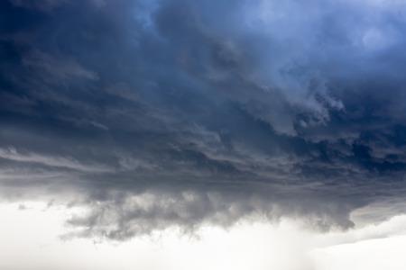 嵐雲、雨が降る 写真素材