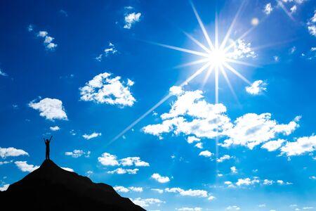 Silhouet van de mens op de top van de berg zonlicht en witte wolk. Conceptuele scene.