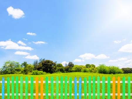 정원, 푸른 잔디와 다채로운 나무 울타리 구름과 푸른 하늘 선택을 취소합니다. 스톡 콘텐츠