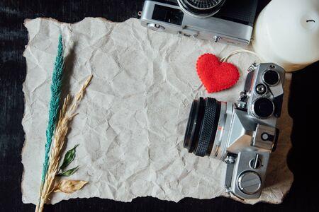 bougie coeur: Beige papier froiss� avec le coeur, bougie, fleur et appareil photo vintage pour valentine background.