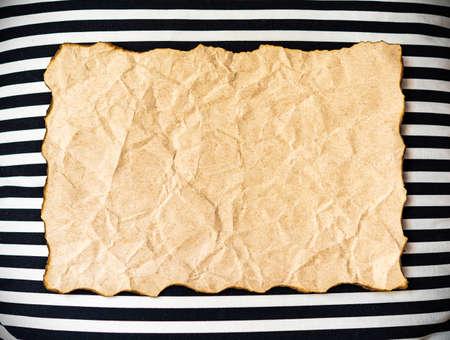 papel quemado: papel quemado vacío en el fondo abstracto de la pared. Foto de archivo