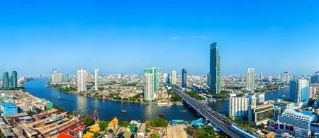 Landschap van de rivier in Bangkok stad met blauwe hemel