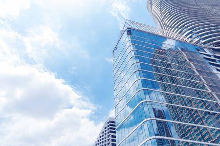 青いガラスの近代的な高層ビルを建物の抽象的なテクスチャ。事業の背景。 写真素材