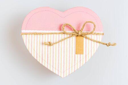 Mooie roze doos in hartvormige, bruiloft en valentijn geschenk. Hou van concept. Stockfoto