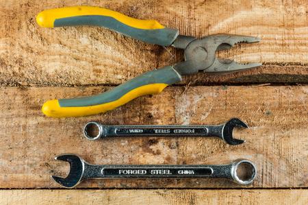 herramientas de mec�nica: Herramientas mec�nicas en el fondo de madera Foto de archivo