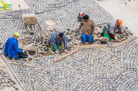 road paving: Construcci�n de carreteras Trabajadores pavimentaci�n en el Castillo de Buda