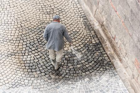 road paving: Construcci�n de carreteras trabajador de pavimentaci�n en el Castillo de Buda
