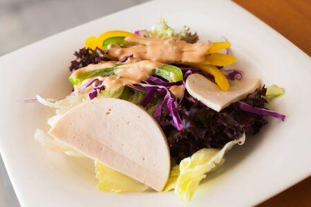 plato de ensalada: Placa de ensalada en la mesa de madera